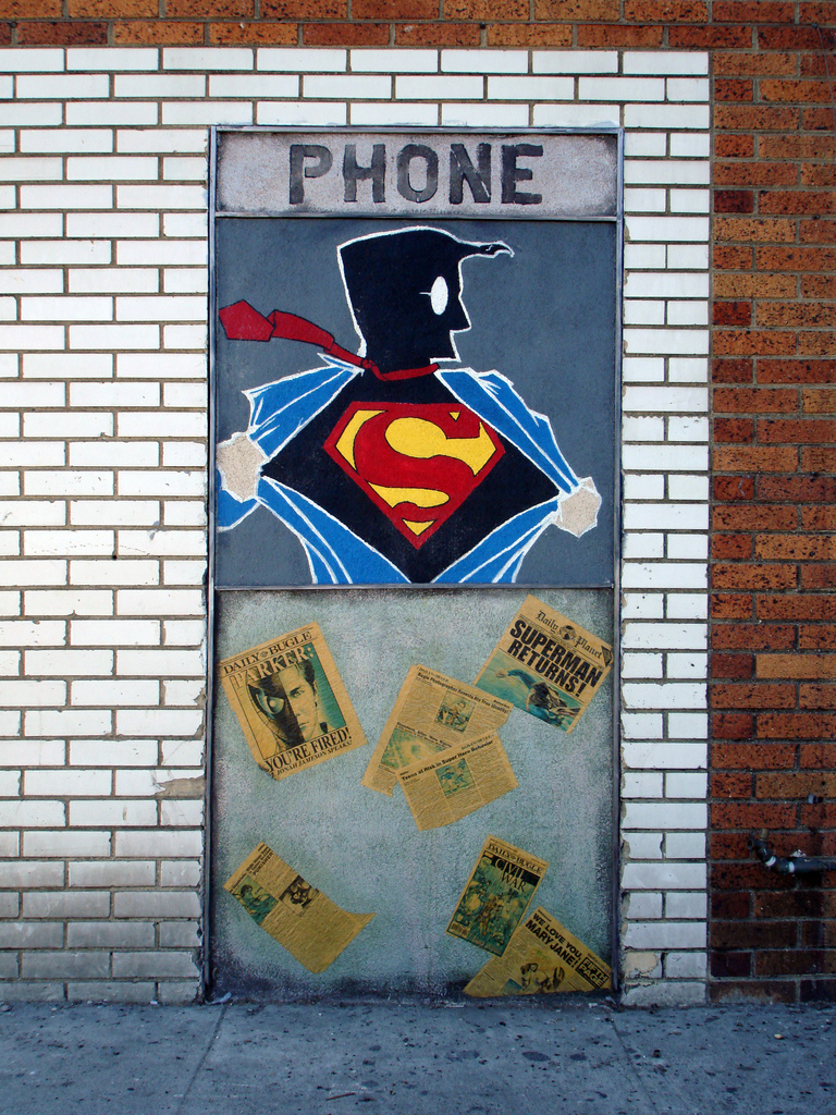 graffiti pared con superman y palabra 'Phone'